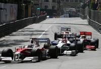 この写真を見て、テールエンダー同士の争いとはにわかに信じられまい。シーズン序盤のフライアウェイでの勢いは消え去り、トヨタ(写真手前)はここモナコでテールエンダーに。初日から苦戦し、予選ではQ1すら突破できず、2台ともはるか後方からスタート。ティモ・グロックは1ストップ作戦をとり、57周目までピットインを引っ張る超ロングスティントを走り切り10位完走。ヤルノ・トゥルーリはコンベンショナルな2ストップで14位だった。(写真=Toyota)