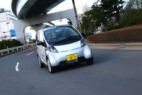 三菱 i MiEV(MR)三菱自動車が2009年の発売を目指し、量産最終段階までこぎ着けた電気自動車「i MiEV」に...