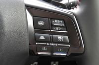 ステアリングホイールのスポーク部分に設けられた「アイサイト・ツーリングアシスト」の操作スイッチ。左上に位置するのが、操舵支援機能のボタンである。