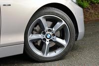 ホイールのサイズは、標準で17インチ。テスト車は同じ17インチのオプション「スタースポークスタイリング382アロイホイール」を装着していた。組み合わされるのは、ブリヂストンのランフラットタイヤ。
