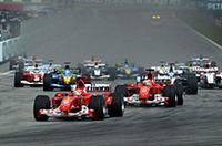 自己最高グリッドの2位からスタートしたジャガーのマーク・ウェバーは、絶望的な遅さであっという間に中段グループに飲み込まれた。シューマッハー、バリケロがフェラーリ1-2で1コーナーに進入。(写真=フェラーリ)