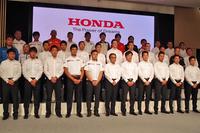 モータースポーツの活動計画発表会に臨む、本田技研工業の吉田正弘常務以下、ドライバーおよびライダー、チーム監督。