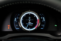 """可動式のメーターリングを採用したデジタルメーターは""""Fスポーツ""""の専用品。レクサスのフラッグシップスポーツ「LFA」をほうふつさせる。"""