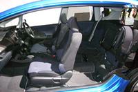 カットモデルで見るインテリア(リアシートをチップアップした状態)。 ボディのコンピューター解析が進歩したため、車重をほとんど増やすことなく先代比164%の剛性を実現したという。