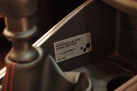 特別装備のシリアルナンバープレート。ルノー・スポールのテストドライバーであるロラン・ウルゴン氏のサインが添えられる。