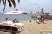 本土からのフェリーが到着する港。