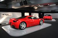 引き締まったスタイリングのせいで、実際の寸法よりもコンパクトに見える「458イタリア」。前後重量配分は42:58だという。写真奥は、同時に日本デビューを飾った、「599GTO」。
