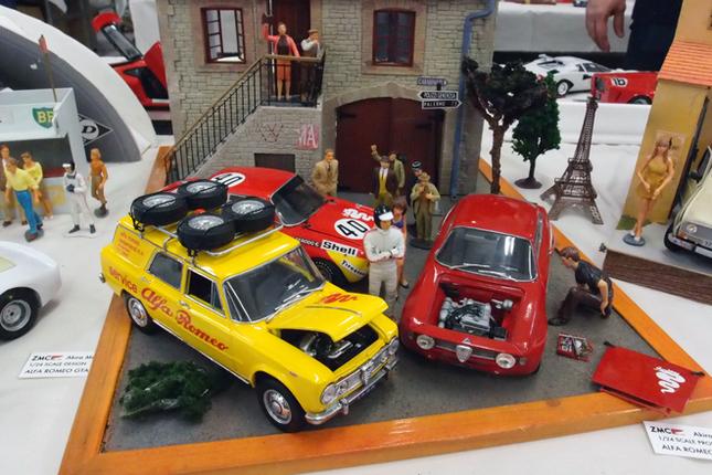 『SPORTS CARS MODELING』というマニアックな模型誌を発行しているイラストレーターでモデラーの溝呂木 陽氏が展示していたジオラマ。2台の「アルファ・ロメオ・ジュニアGTA 」はどちらもタミヤの1/24「ジュリアGTA」のパーツを流用するトランスキット。お仲間の作品という手前の黄色い「ジャルディネッタ」(ワゴン)はこれまたトランスキットで、ボディーのほかはダイキャストミニカーから流用。サービスカー仕様のキャリアなどは自作という。