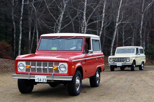 2台連なって会場入りする「フォード・ブロンコ」。1966年に登場したブロンコは、SUVの先駆けとなるモデル。前を行く女性オーナーの乗る、バイキングレッドなる色名の塗装がオリジナルペイントという74年式は、ピープルズ・チョイス(来場者による人気投票)で1位に選ばれた。
