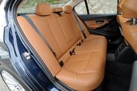 後席の様子。レッグルームは、先代モデルより15mm拡大された。