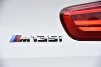 2015年5月にマイナーチェンジを受け、フロントとリアの外装デザインが改められた「BMW 1シリーズ」。「M135i」では3リッター直6ターボエンジンの最高出力が326ps(従来比+6ps)へ。