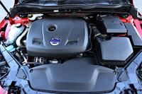 2015年モデルの「V40 T5 R-DESIGN」には、直5ターボに代えて、アウトプットと燃費で優れる直4ターボ(写真)が搭載されている。