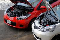 エンジンルームが広いデミオは、海外でディーゼルも搭載する。いっぽうのフィットは、ガソリンエンジンのみだ。