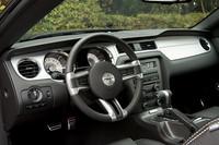 7色に変化するイルミネーションにドキッとするものの、左右対称のダッシュボードや3本スポークのステアリングホイール、T字型のシフトセレクターなど、ディティールはマスタングの伝統に則っている。バケットタイプのシートは、タイトというよりゆったりとした掛け心地。