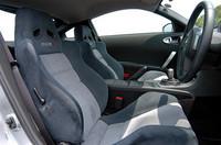 シートは、エクセーヌを使ったスポーツシートを装着。300km/hスケールの速度計や、8000rpmまで刻まれたタコメーターは、ハウジングのアッセンブリーで8.5万円。