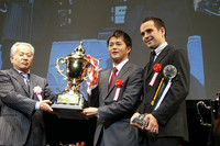 XANAVI NISMO GT-Rを駆りチャンピオンを獲得した、本山哲(写真中央)とブノワ・トレルイエ(同右)。