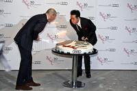 田原俊彦氏と2人でケーキに立てられた30本のローソクを吹き消すアウディ・ジャパン社長のドミニク・ベッシュ氏。意外とオチャメ。
