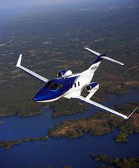 2012年から欧米で販売が開始される予定の「ホンダジェット」。主翼上に配置されたエンジンやカーボン製胴体、独特な形状をもつノーズデザインなど、ホンダのこだわりがぎっしりと詰まった小型ジェット機だ。