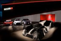 「日産GT-R」(奥)と「NISSAN GT-R LM NISMO」(手前)。