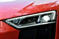 試乗車は、オプションのレーザーハイビーム付きのLEDヘッドランプ装着車。上級の「R8 V10プラス」では標準装備となる。