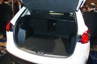 荷室容量は、500〜1620リッター。写真上部に見える「カラクリトノカバー」は、ハッチの開閉に連動して可動する技ありのアイテムだ。