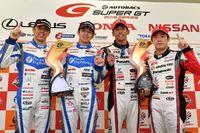 SUPER GTの第4戦で優勝した、左からNo.24 フォーラムエンジニアリング ADVAN GT-Rの柳田真孝選手と佐々木大樹選手、No.31 TOYOTA PRIUS apr GTの中山雄一選手と嵯峨宏紀選手。