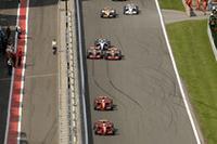 スタートで先行したフェラーリの2台。その背後では、ルイス・ハミルトン(中央右)とアロンソ(左)がつばぜり合いを演じていた。(写真=Ferrari)
