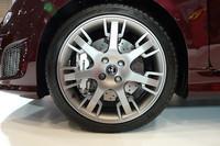 「アバルト695エディツィオーネ マセラティ」のホイール。マセラティのエンブレムである「トライデント(三叉の銛)」をモチーフとしたスポークのデザインが特徴的。