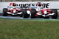 エンジン交換により20番グリッドからスタートしたヤルノ・トゥルーリ(写真手前)のトヨタ。終盤、タンデム走行するルノー勢を攻め落とすことはできなかったが、7位入賞を果たした。なおこの週末、トゥルーリの来季以降トヨタ残留が発表された。いっぽう、ラルフ・シューマッハー(写真奥)は、8番グリッドからスタート、1周目にデイヴィッド・クルタードと接触、ピットレーンでのスピード違反によるペナルティなどにより、得点圏外の9位でゴールした。(写真=Toyota)