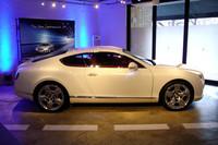 先代モデルのイメージを色濃く残す、新型のサイドビュー。写真の展示車両は、オプションの21インチホイールを履く。