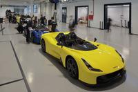 ジャンパオロ・ダラーラゆかりの土地に新設なったロードカー専用のアッセンブリー工場。生産台数は600台に限定されており、10台のローンチエディションはすべて同社のカンパニーカラー、つまり青か黄に塗られている。その後、90台のシグネチャーエディション(ジャンパオロのサイン入りモデル)が生産される。ここまではすでに完売している。