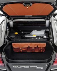 カーペット敷きのトランクには、荷物を固定するストラップや、本革の小物入れが備わる。