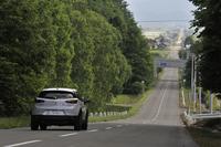 ひたすらまっすぐな道が続く北海道。試乗日は交通量も少なく、低速でえんえんと走り続けるようなシチュエーションが続いた。
