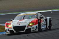 """武藤英紀と中山友貴が駆る""""ハイブリッドレーサー""""No.16 MUGEN CR-Z GTが、GT300チャンピオンに輝いた。"""
