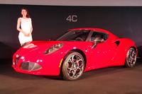 「アルファ・ロメオ4C」。傍らに立つのは、アルファ・ロメオのイメージキャラクターを務める、女優の長澤まさみさん。