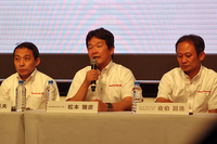 今シーズンのSUPER GTに関する、記者団からの質問に答える松本雅彦氏(写真中央)。