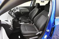 運転席は6ウェイ、助手席には4ウェイの調整機能が付いたクロス張りのシート。シートカラーは「ジェットブラック」のみの設定となる。
