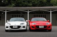 2台並んだソフトトップの「RS」。右がマイナーチェンジ前の旧型、左がマイナーチェンジ後の新型である。新型はグリル開口部を拡大して奥行き感を強調、フォグランプベゼルの形状も改められた。ヘッドライトのベゼルもブラック仕上げとなり、表情がより引き締まった。