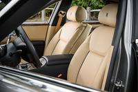 ホールド性を高めるために一新されたフロントシート。電動調整機構付きのサイサポートが備わる。