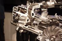 125ccエンジンのピストン&ヘッド回り。混合気の流速を上げた吸気ポートや、特殊形状のスリーブ、テーパー状のピストンピン穴など、改善箇所は盛りだくさん。