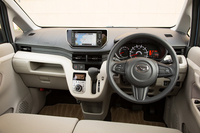 標準車のインテリアはベージュとグレーのツートンカラー。オプションで、ブラックのドアトリムやシートなどを採用した「ブラックインテリアパック」が用意される。