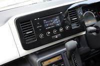 タッチ&スライド操作に対応したパネルオーディオ。iPodなどのUSBデバイスを接続できるUSBソケットも標準装備される。
