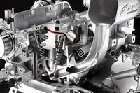 新エンジンには、先に「アルファ・ロメオ ミト」にも採用された吸気バルブ制御システム「マルチエア」が備わる。(スロットルバルブではなく)吸気バルブそのものの開度を油圧で制御することにより、吸気を管理するシステムで、従来型エンジンに比べ、最高出力で10%、低域トルクで15%のアドバンテージが得られるという。