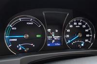 ハイブリッド車の計器盤。パワーメーターとスピードメーターの間には、インフォメーションディスプレイが備わる。