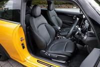 オプション装備のスポーツシート。背もたれの上部に施されたパンチング加工が特徴となっている。