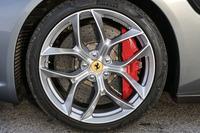 V8の「GTC4ルッソT」とV12の「GTC4ルッソ」、この2台の外観に決定的な違いはない。数少ない違いのひとつが、このホイールのデザイン。タイヤサイズ自体は同じ(前245/35ZR20、後ろ295/35ZR20)。