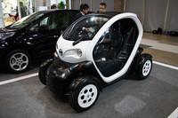 スマートハウスの脇には100%電動のコンセプト車両「NISSAN New Mobility   CONCEPT」が展示されていた。公道走行するための大臣認定を国土交通省から取得したと2011年9月29日に発表されたばかり。今後、横浜市、青森県、福岡県でさまざまな検証や評価が行われる予定。