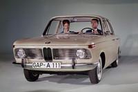 """1961年にデビューした「ノイエ・クラッセ」こと「BMW1500」。ドイツ語の""""Neue Klasse""""は、英語でいえば""""New Class""""で、それまでのBMWのラインナップとは異なる、新たなコンセプトに基づいた新たなクラスのモデルであることを意味していた。SOHCヘミヘッドのエンジン、フロントがストラット/コイル、リアがセミトレーリングアーム/コイルの4輪独立懸架など、その後BMW各車に長らく使われるメカニズムを採用しており、「5シリーズ」のルーツにあたる。"""