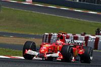 「予想よりタフなレースだった」とコメントするのは、フェラーリを率いるジャン・トッド。燃料重めでスタートした「フェラーリF2005」駆るミハエル・シューマッハー(写真)は、2位に入った前戦サンマリノ同様、予選中盤(8番手)からライバルより長めの第1スティントを走り上位を目指していたのだが、タイヤに足もとをすくわれリタイアした。2度のパンク、しかも両方とも負荷が大きい左側ということもあり、ブリヂストンは調査をするとしている。エンジン交換で10グリッド降格、1ストップ作戦で臨んだルーベンス・バリケロは、タイヤのブリスター、マシンのバランスに苦戦しながら9位完走を果たした。(写真=フェラーリ)