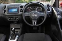 ドライバーの集中力低下をステアリング操作などから検出し、アラーム音と表示により休憩を促す「ドライバー疲労検知システム」が新たに採用された。装着されているカーナビは、ディーラーオプションの「720ナビ」(26万2900円)。